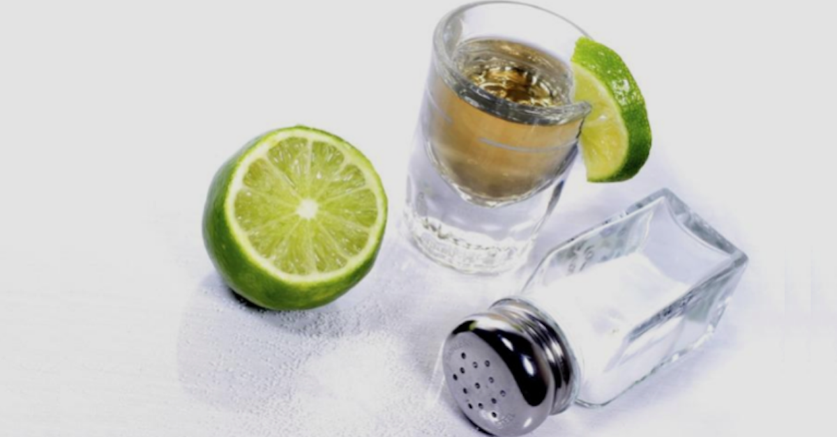 Photo of ¿POR QUÉ SE BEBE EL TEQUILA CON LIMÓN Y SAL?
